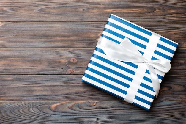 Vista superiore di natale o altra confezione regalo fatto a mano scatola regalo, piatto in legno scuro copyspace. pacco regalo
