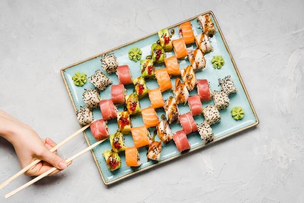 Vista superiore di varietà deliziosa dei sushi