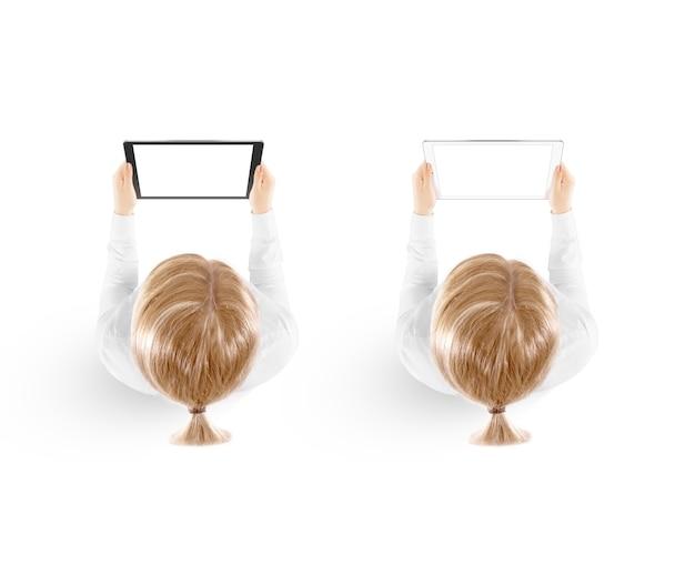 Vista superiore disponibila del modello del pc della compressa della tenuta della donna isolata