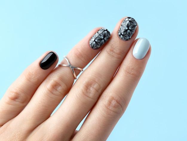 Vista superiore distesi a mano bella giovane donna mani con manicure.