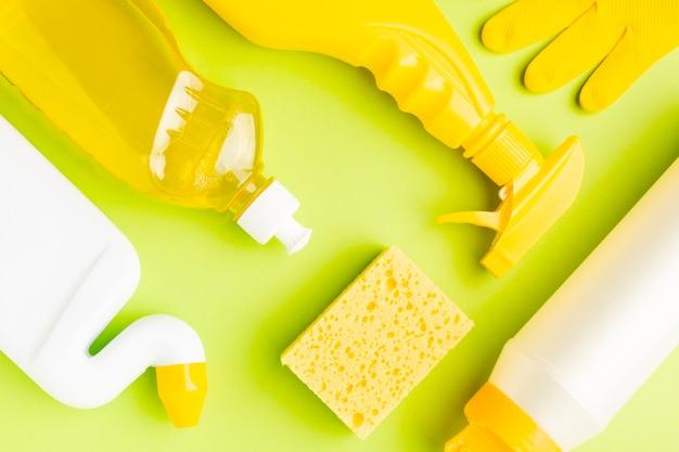 Vista superiore gialla delle attrezzature per la pulizia