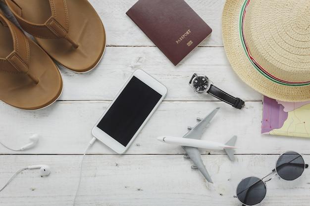 Vista superiore gli accessori essenziali per viaggiare. gli oggetti viaggio concep