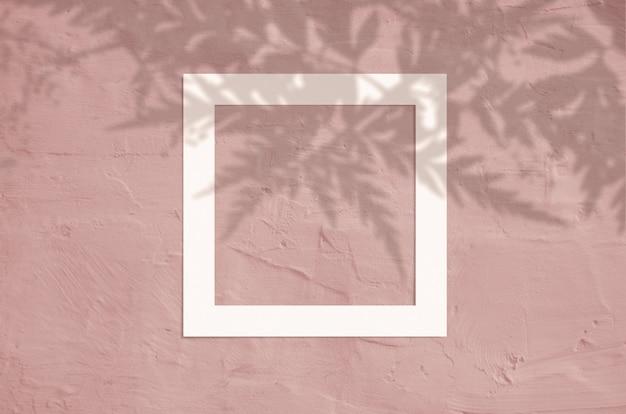 Vista superiore laica piana di copyspace creativo con cornice di carta e foglie tropicali