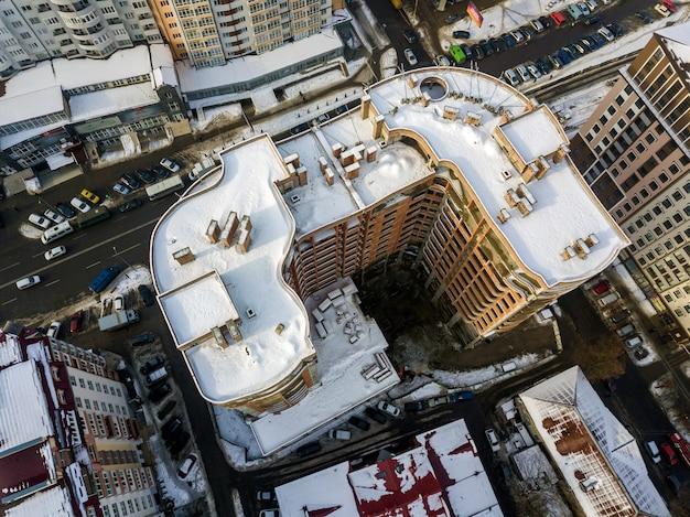 Vista superiore panoramica di inverno in bianco e nero aereo della città moderna