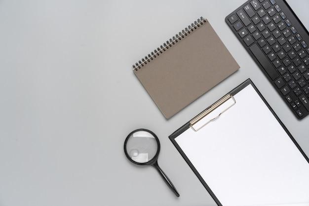 Vista superiore stazionaria grigia e bianca per il concetto creativo e aziendale