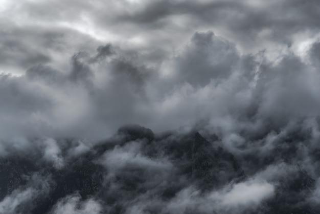 Vista tra le nuvole delle montagne del parco nazionale dei picchi d'europa, nel nord della spagna