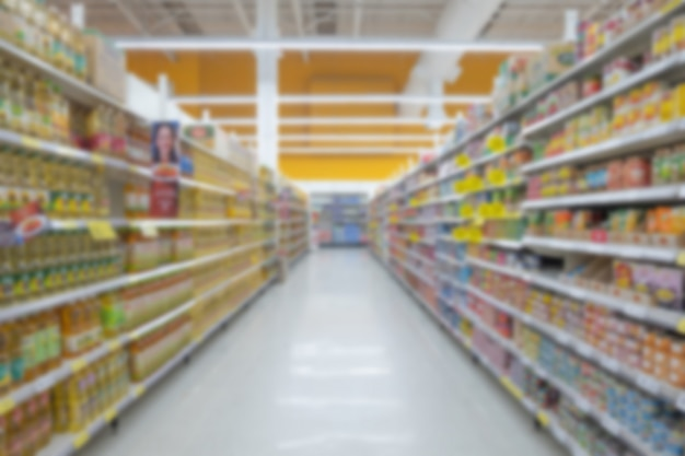 Vista vaga astratta del supermercato della navata laterale vuota del supermercato, fondo confuso defocused