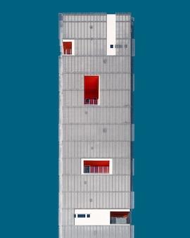 Vista verticale di una struttura metallica grigia sotto il cielo blu