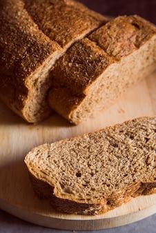 Vista vicina affettata panino del grano intero