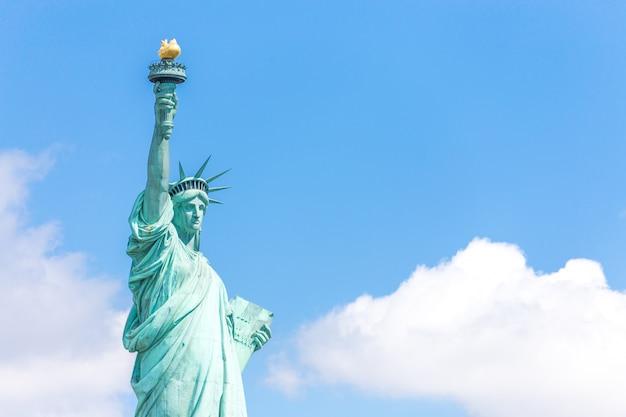 Vista vicina della statua della libertà sopra cielo blu