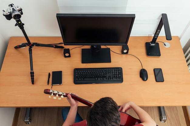 Vista zenital di uno studio di registrazione domestico di un blogger
