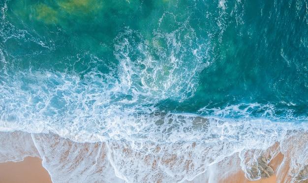 Viste aeree della costa brava in catalogna. spiaggia piena di rocce e onde in spagna