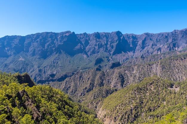 Viste dal mirador de los roques sul monte la cumbrecita sull'isola di la palma vicino alla caldera de taburiente, isole canarie. spagna