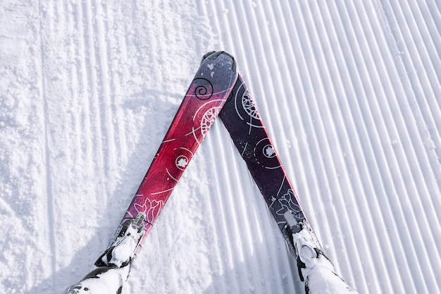 Visuale in prima persona dello sciatore della pista da sci sulla neve