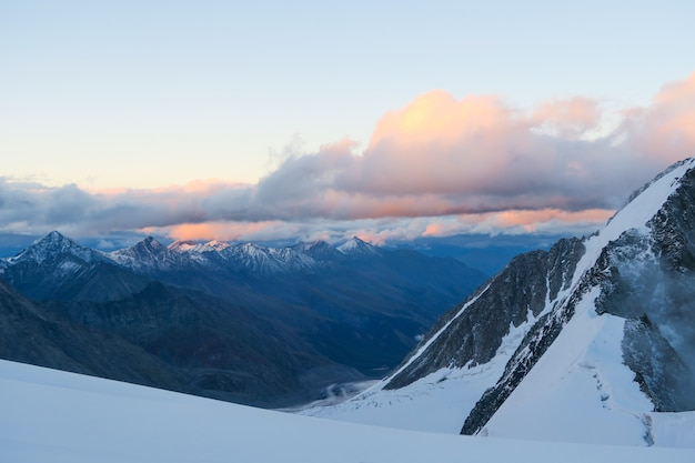 Visualizza al ghiacciaio mensu. tramonto nella zona della montagna belukha.