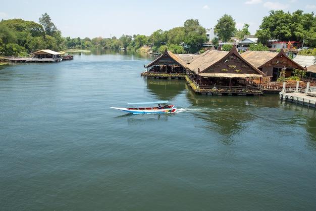 Visualizza ristorante riverside e la barca veloce nel fiume