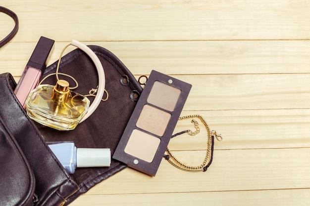 Visualizza su cose di borsa da donna su legno
