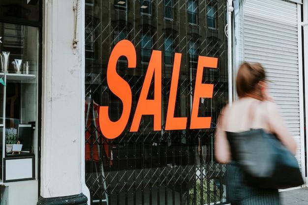 Visualizza vetrina negozio con una vendita di testo