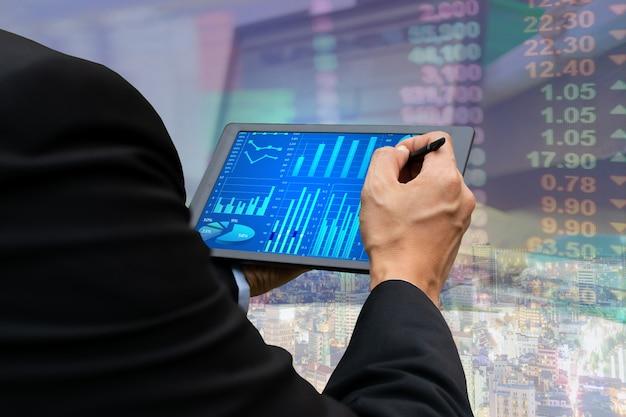 Visualizzazione del grafico del mercato azionario della compressa del touch screen di affari di tecnologia