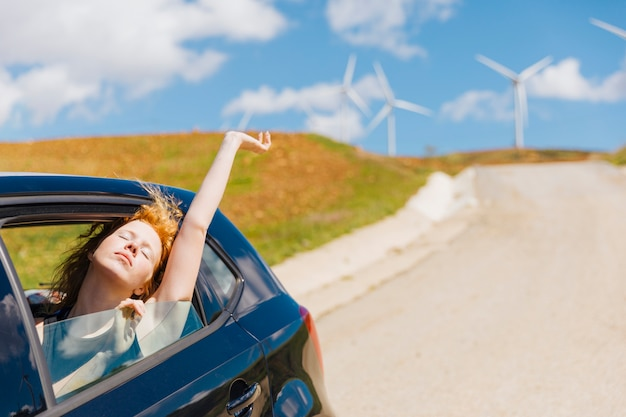 Vita amorosa della giovane donna della testarossa dal finestrino di automobile