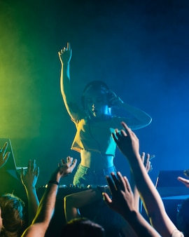 Vita da discoteca con mixaggio femminile dj