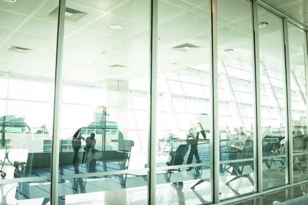 Vita di città, persone sfocate che camminano sull'aeroporto