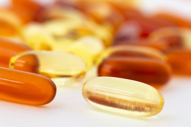 Vitamine e integratori sani su sfondo bianco