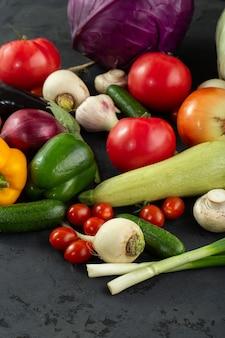 Vitamine fresche colorate verdure ricche di verdure colorate su sfondo scuro
