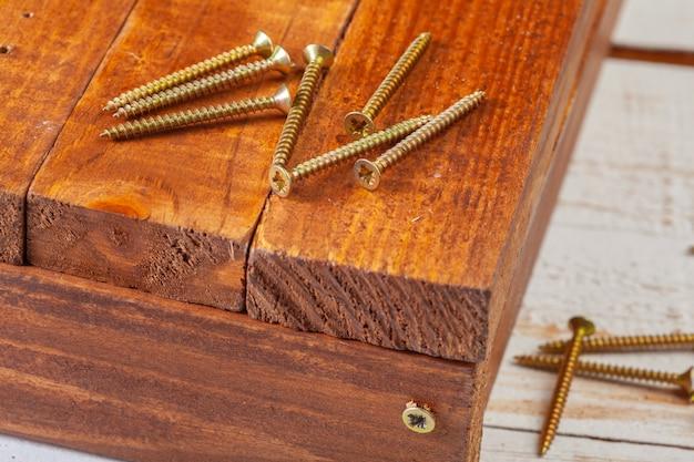 Viti su un tavolo di legno