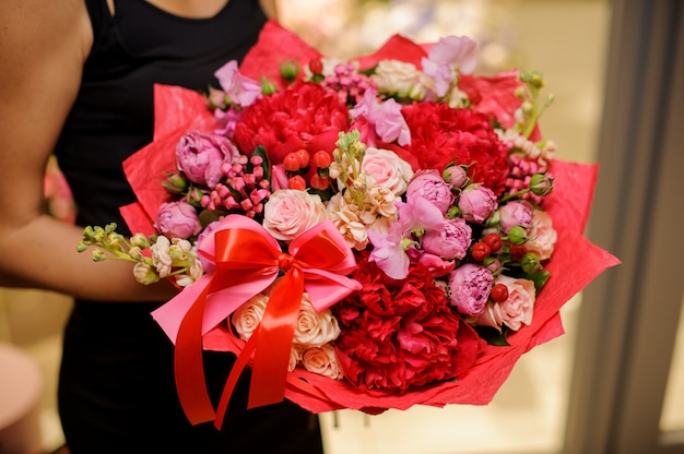 Vivido e splendido bouquet rosso di splendidi fiori