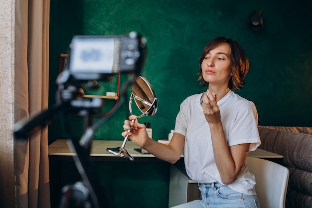 Vlogger di bellezza donna che filma vlog sulle creme