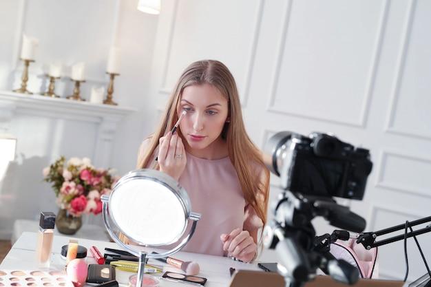 Vlogger di bellezza. giovane donna che registra un tutorial di trucco