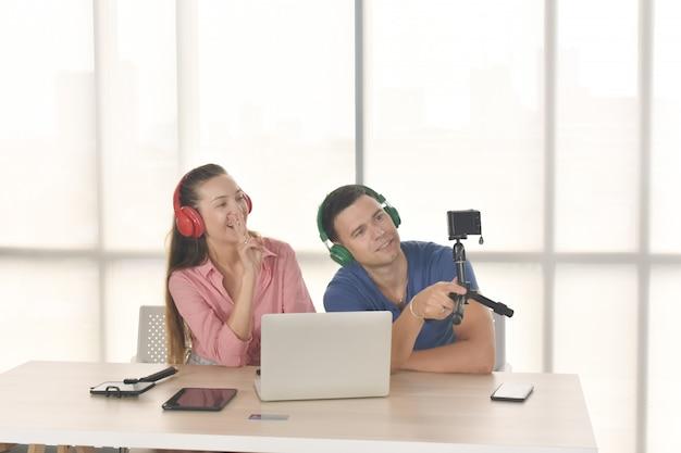 Vlogger internet star marketer trasmette startup di piccole imprese