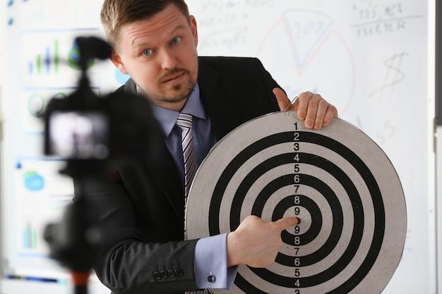 Vlogger millenario maschio detiene bersaglio darst