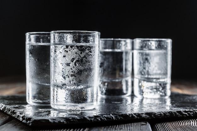 Vodka in bicchieri su legno rustico
