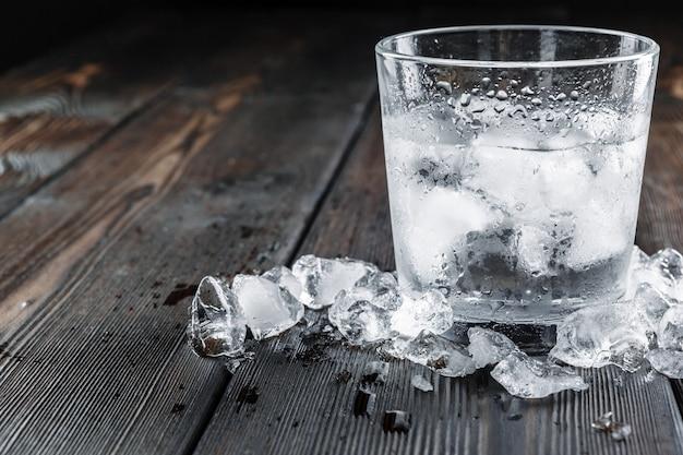 Vodka in bicchierini su fondo di legno rustico
