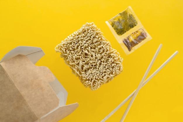Volando su una scatola di cartone sfondo giallo