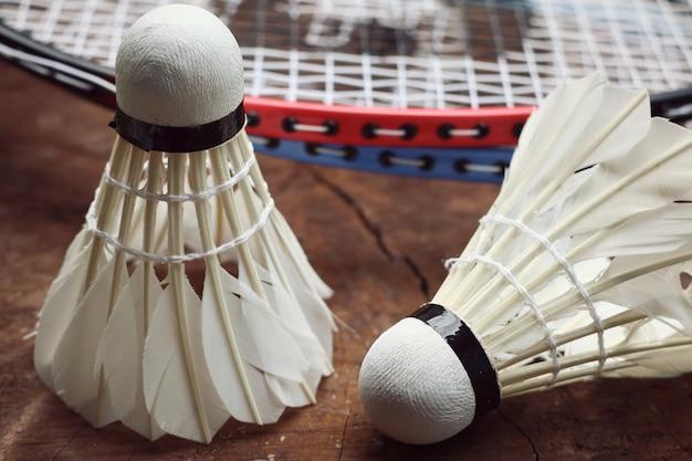 Volani con racchetta da badminton