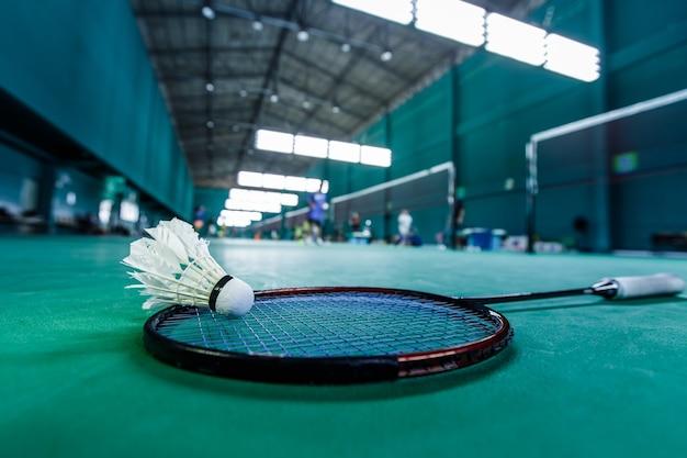 Volani e racchetta da badminton sul campo verde