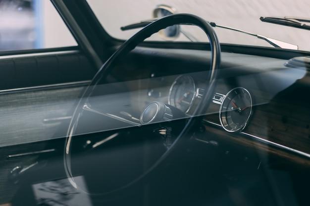 Volante di un'auto con interno marrone