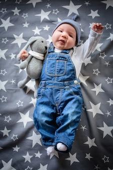 Volare bambino nel cielo stellato. bambino divertente su uno sfondo stellato blu