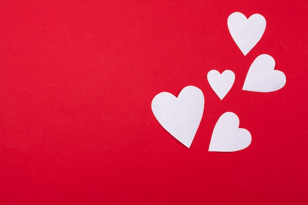 Volare cuori di carta rossa. san valentino. a forma di cuore. copia spazio sullo sfondo