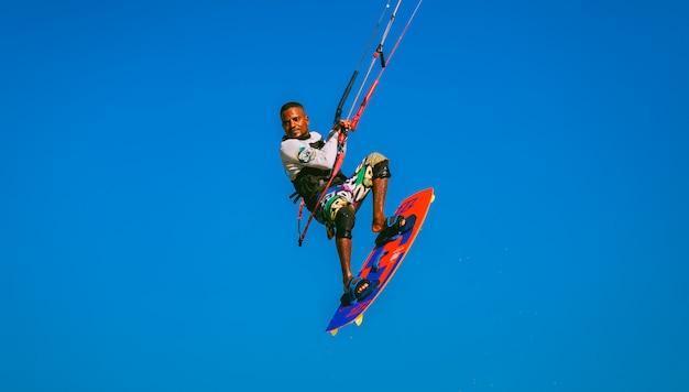 Volo del kitesurfer del primo piano nel cielo blu. egitto.