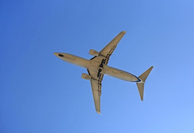 Volo dell'aeroplano del jet commerciale su cielo blu