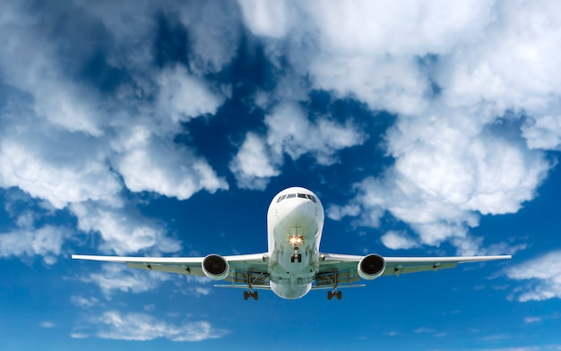 Volo dell'aeroplano dell'aereo di linea del passeggero nelle nuvole bianche del cielo
