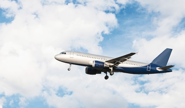 Volo dell'aeroplano in un cielo nuvoloso