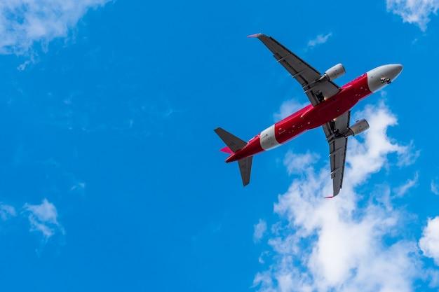 Volo dell'aeroplano sul cielo blu. spazio libero per il testo