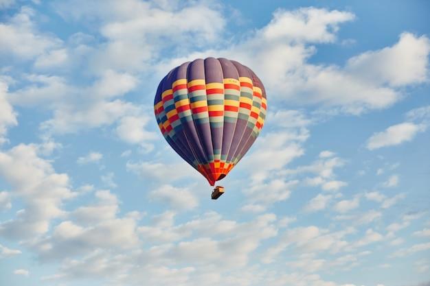 Volo in mongolfiera nel cielo in raggi alba sole