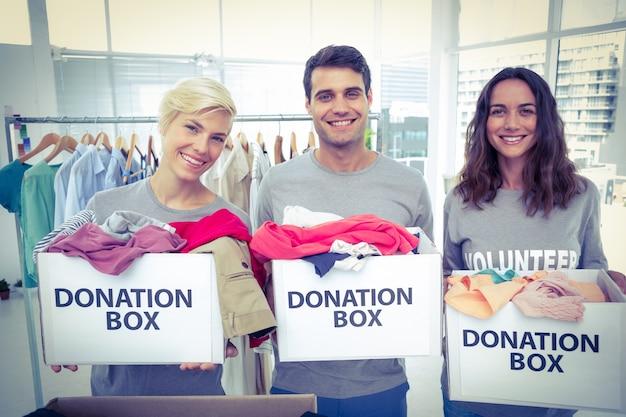 Volontari amici che tengono le scatole di donazione