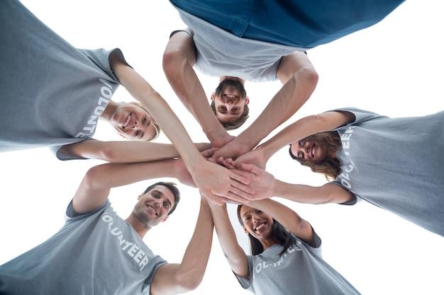 Volontari che mettono le mani insieme